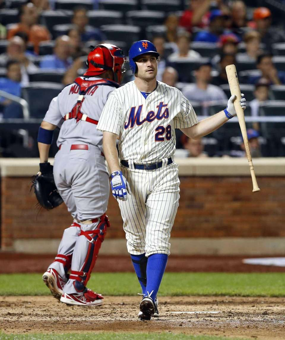 Daniel Murphy of the Mets lines out to