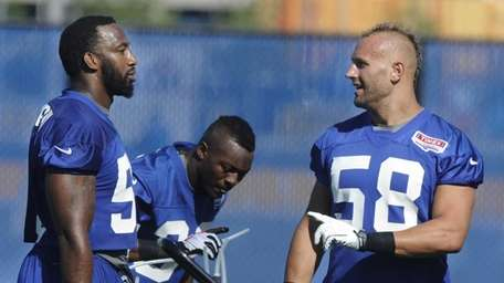 Giants linebackers Spencer Paysinger and Mark Herzlich, right,