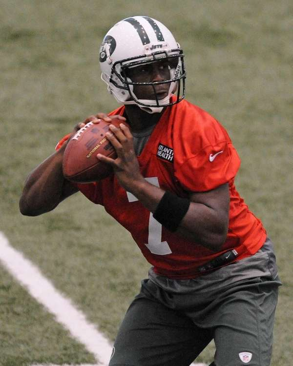 Jets rookie quarterback Geno Smith gets ready to