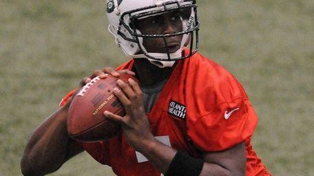 Jets rookie quarterback Geno Smith gets ready to