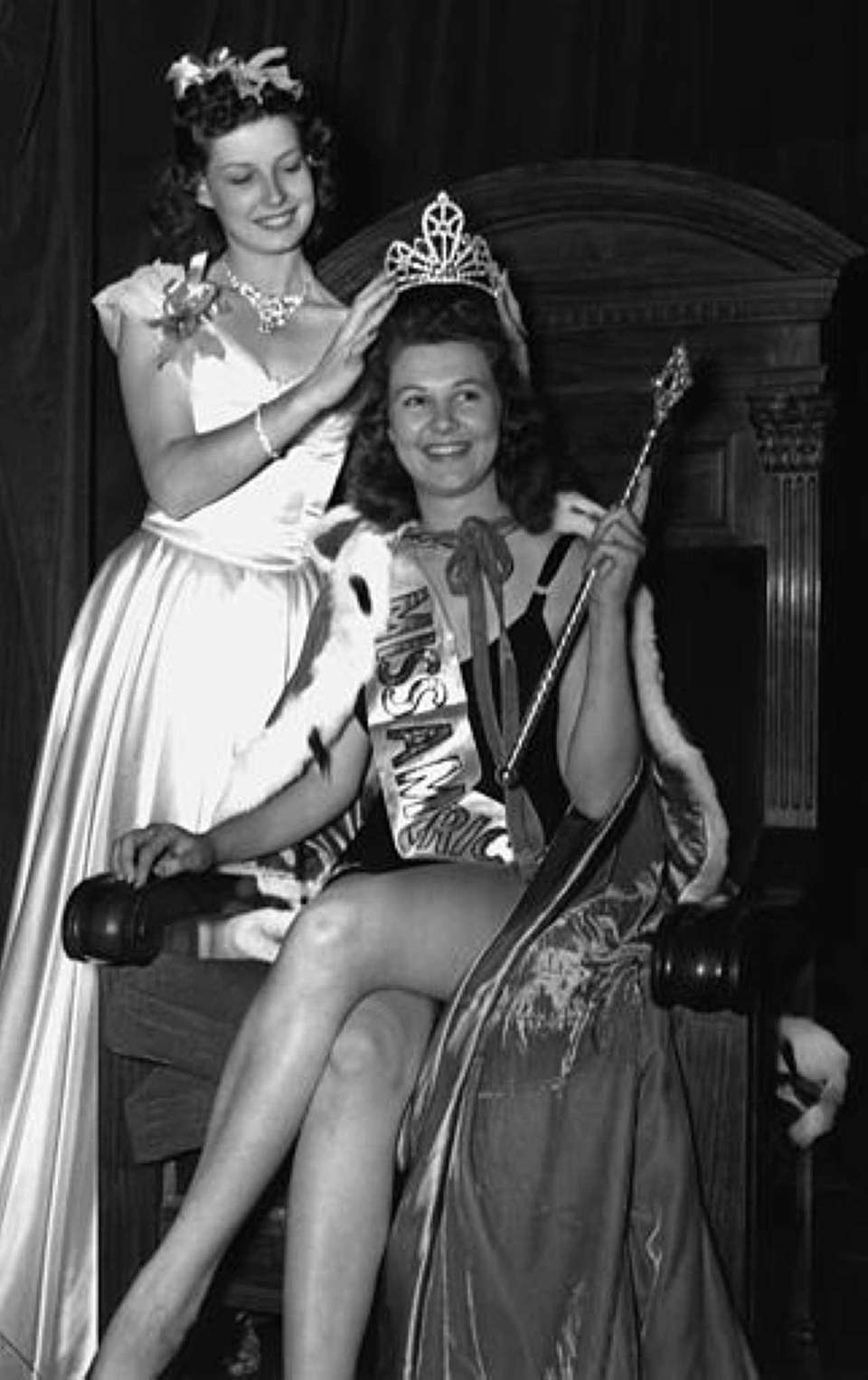 Detroit's Patricia Donnelly, Miss America 1939, crowns Philadelphia's