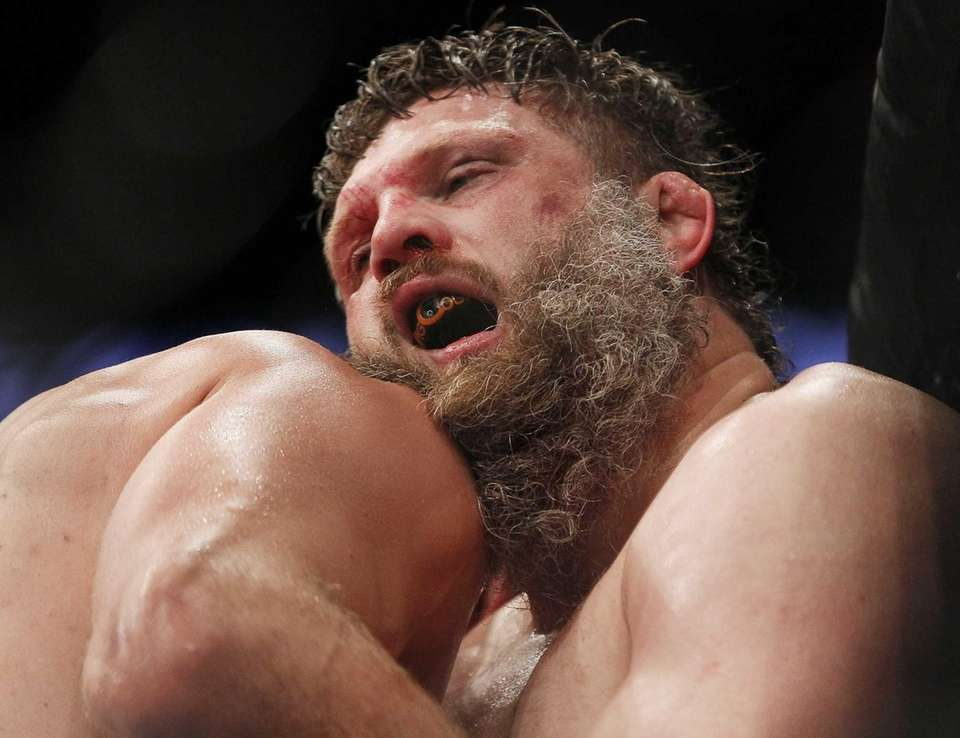 Roy Nelson hangs on in the third round