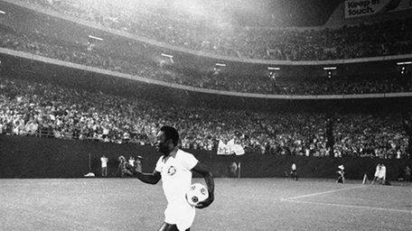 1977: Cosmos reach their peak With Pele