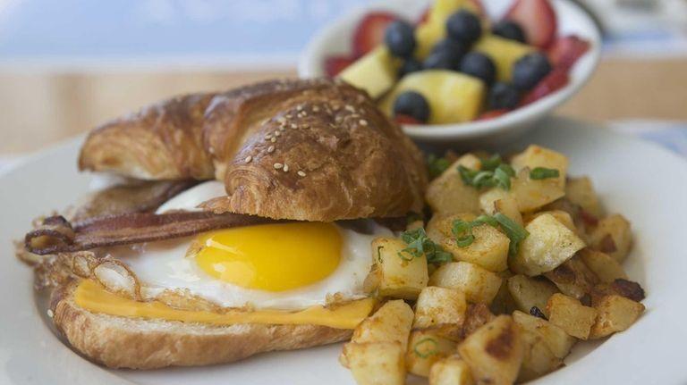 An egg sandwich is served inside a pretzel-style