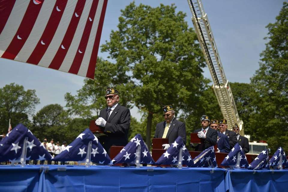 Veterans place the unclaimed ashes of soldiers and