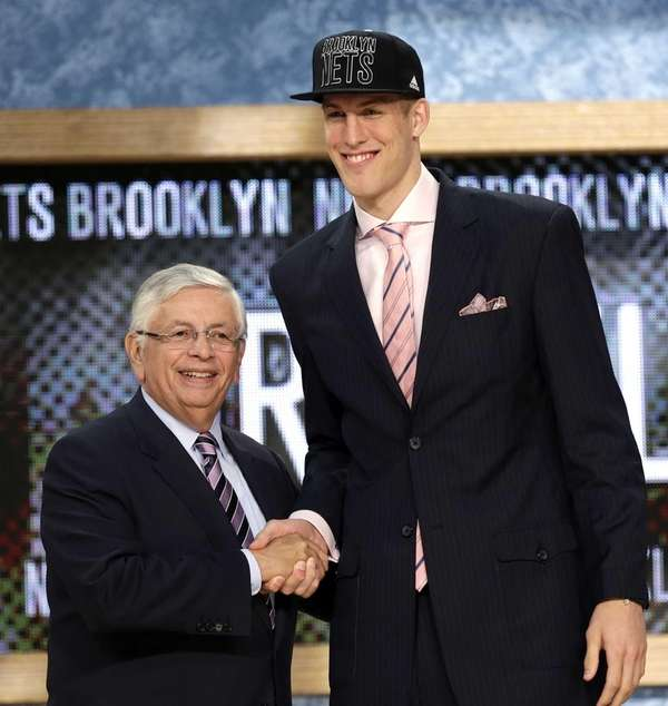 NBA Commissioner David Stern, left, shakes hands with