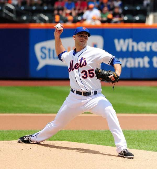 Mets' Dillon Gee pitches in the first inning