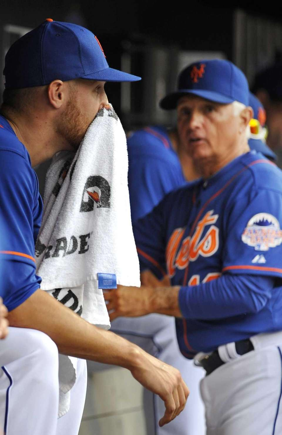 Mets manager Terry Collins, right, looks over at