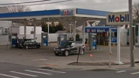 A Mobil gas station is shown at 466