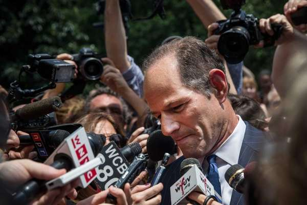 Former New York Gov. Eliot Spitzer is mobbed