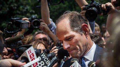 Former New York Gov. Eliot Spitzer is mobbed