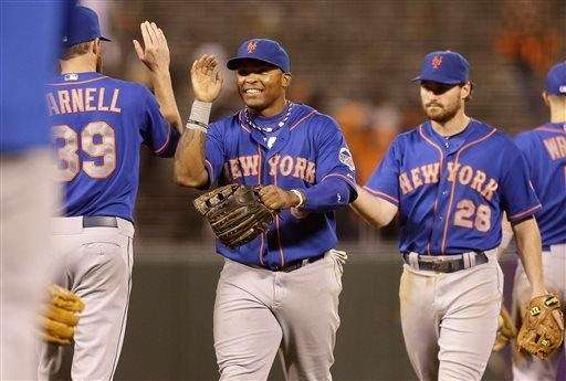 Bobby Parnell celebrates with rightfielder Marlon Byrd, center,