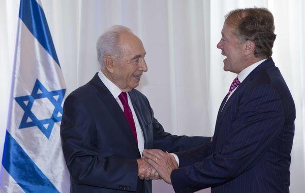 Israeli President Shimon Peres, left, greets John Chambers,