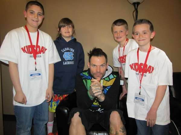 Wrestler Jeff Hardy with Kidsday reporters (l) Nicholas