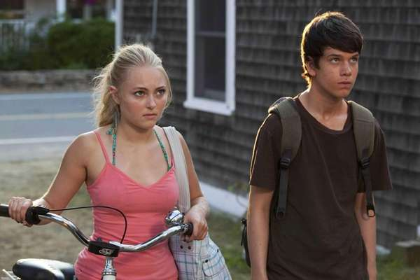 AnnaSophia Robb and Liam James in a scene