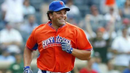 Mike Piazza runs the bases after hitting a