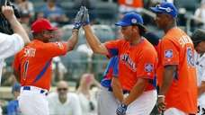 Mike Piazza celebrates his home run during the
