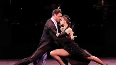 Dancers/TV personalities Maksim Chmerkovskiy and Karina Smirnoff perform