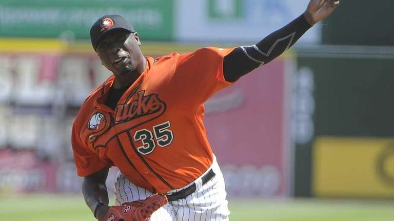 Dontrelle Willis of the Long Island Ducks delivers