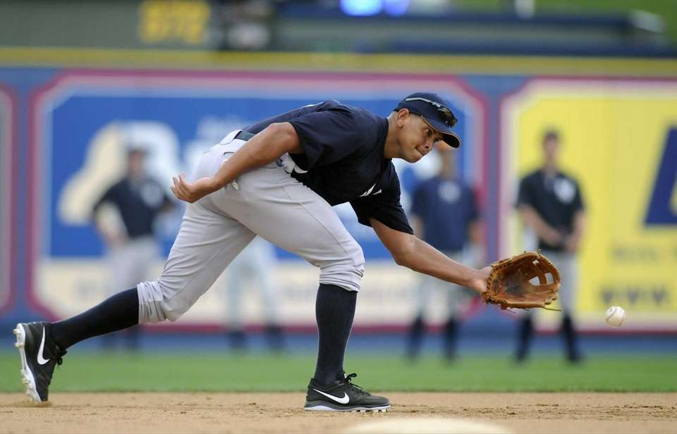 Yankees third baseman Alex Rodriguez reaches for a