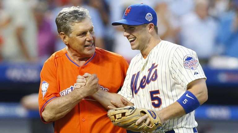 Tom Seaver, left, and David Wright talk after