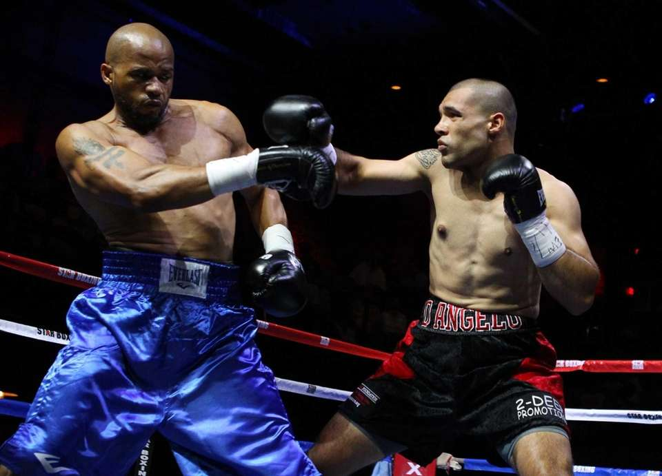 Vincenzo D'Angelo fights Michael Mitchell at Paramount Theater.