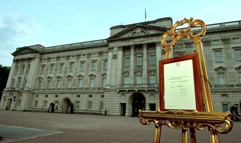 An easel stands in the forecourt of Buckingham
