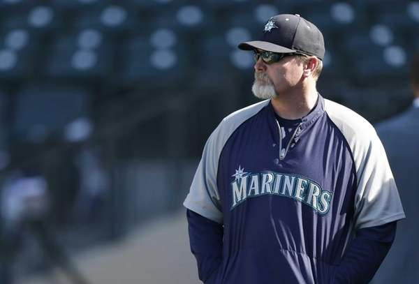 Seattle Mariners manager Eric Wedge watches batting practice