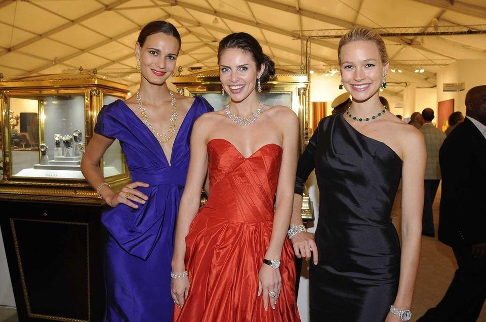 Models (l to R) Anita Hodosi, Vila Bernote