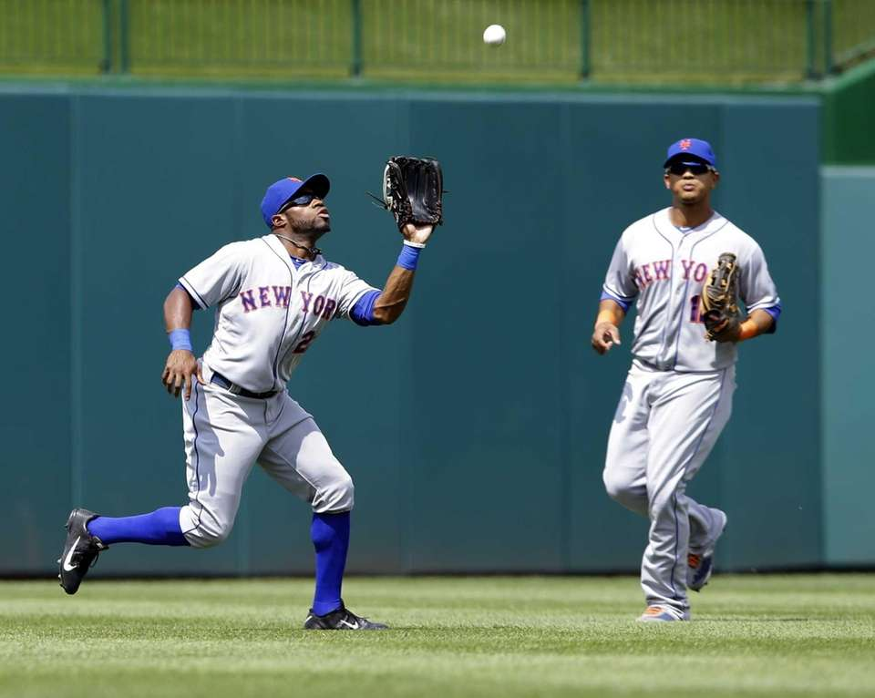 Mets left fielder Eric Young Jr., left, prepares