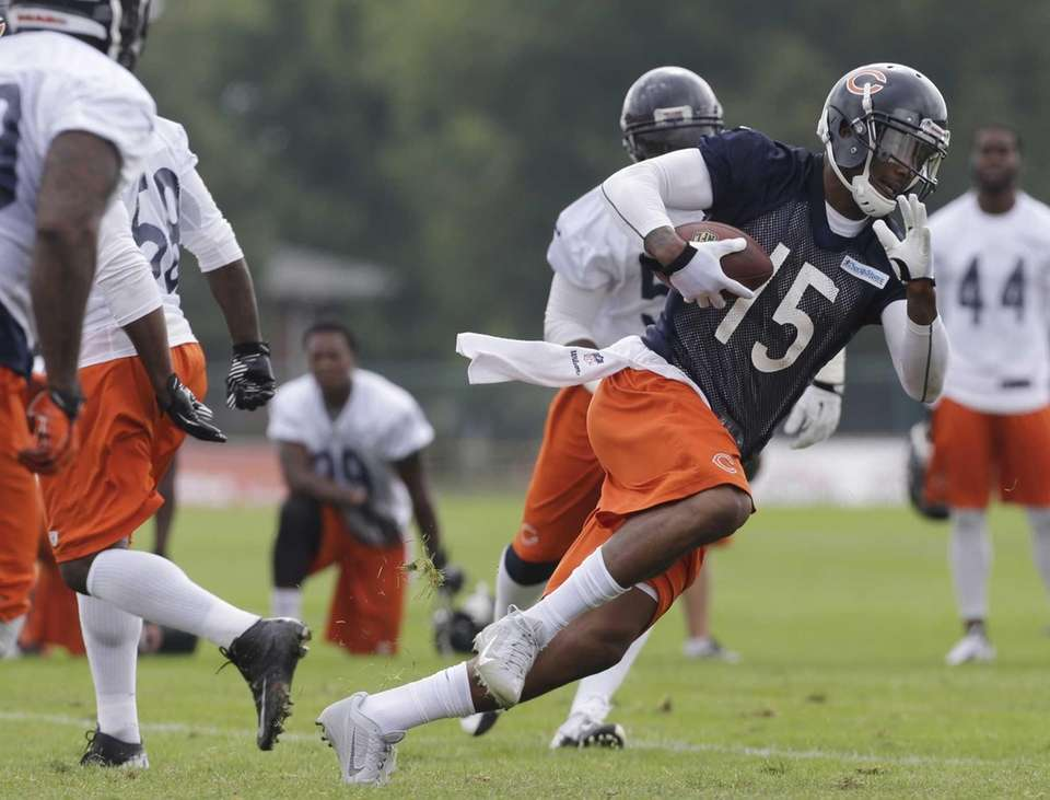 Chicago Bears wide receiver Brandon Marshall (15) runs