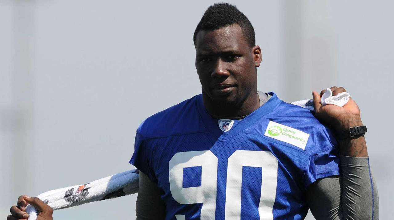 Giants defensive end Jason Pierre-Paul uses a towel