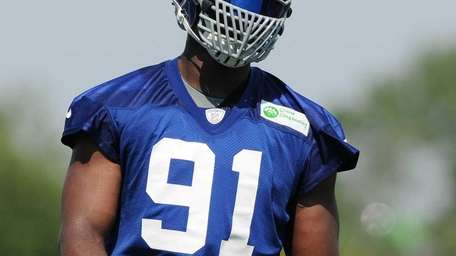 Giants defensive end #91 Justin Tuck practices during