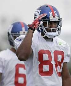 Giants wide receiver Hakeem Nicks acknowledges fans during