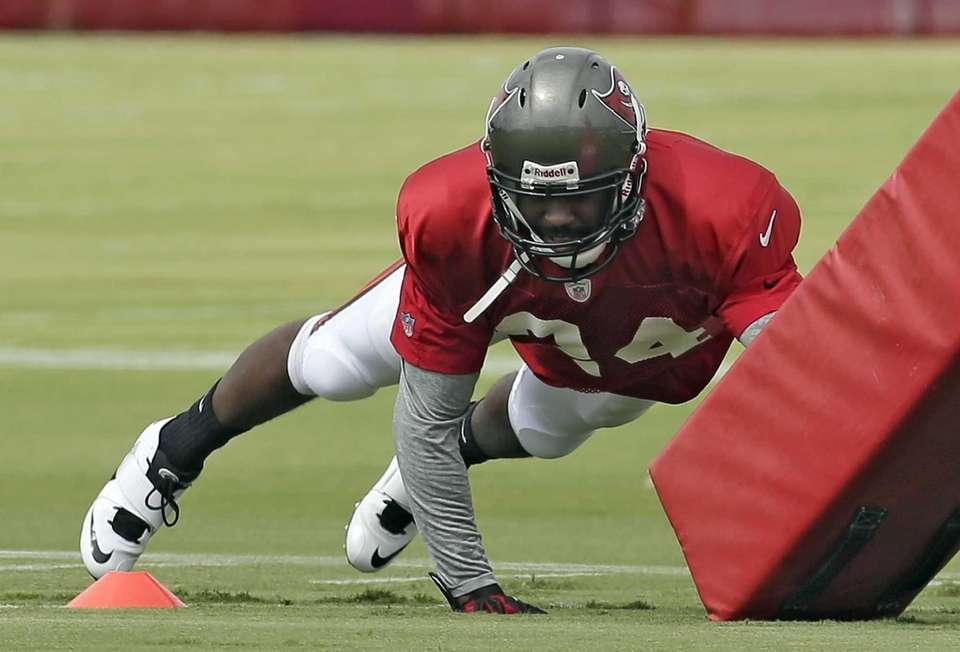 Tampa Bay Buccaneers corner Darrelle Revis dives at