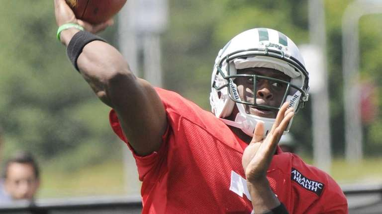 Geno Smith throws a pass during training camp