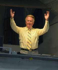 Los Angeles Dodgers broadcaster Vin Scully acknowledges fans