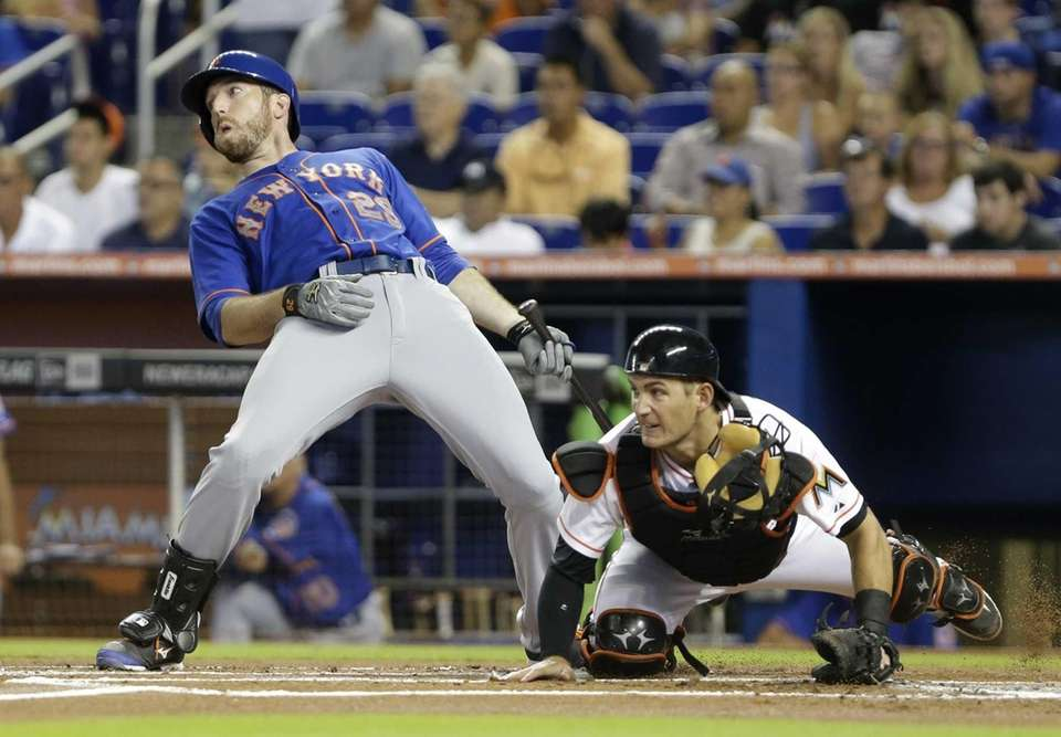 Mets' Ike Davis reacts as he tries to