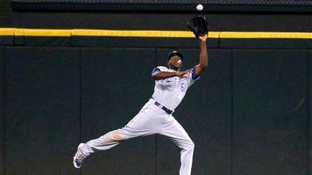 Kansas City Royals center fielder Lorenzo Cain makes