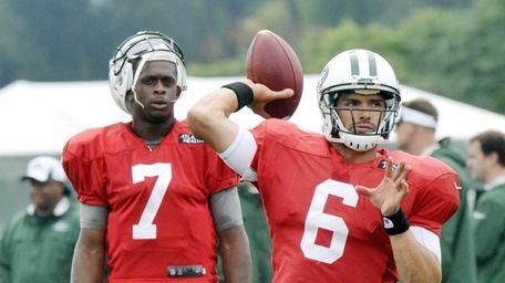 New York Jets quarterback Geno Smith (7) watches