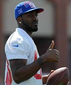 Giants wide receiver Hakeem Nicks gives a thumbs