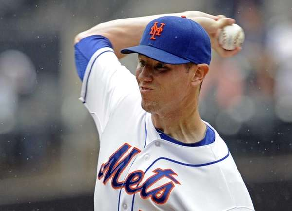 Mets pitcher Jeremy Hefner delivers the ball to