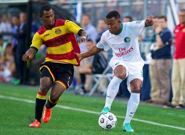 Cosmos midfielder Diomar Di?az battles for possesion with
