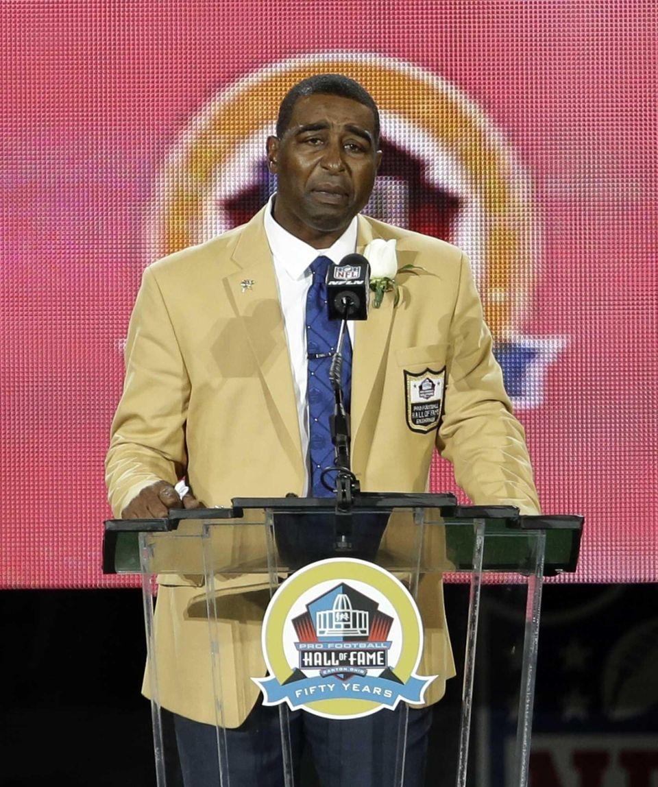 Former NFL football player Cris Carter speaks during