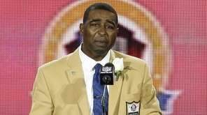Former NFL football player Cris Carter speaks during