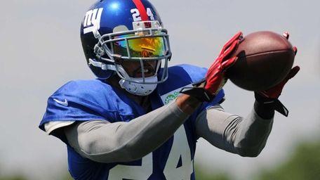 Giants cornerback Terrell Thomas makes a catch during