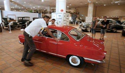 Workers set up a NSU Sport Prinz of