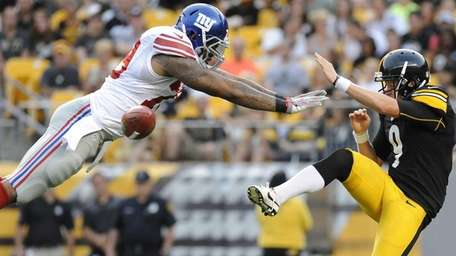 New York Giants' Damontre Moore blocks a punt