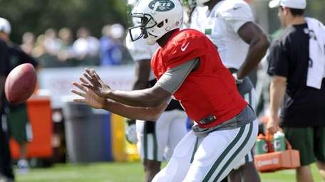 Jets quarterback Geno Smith takes a snap during