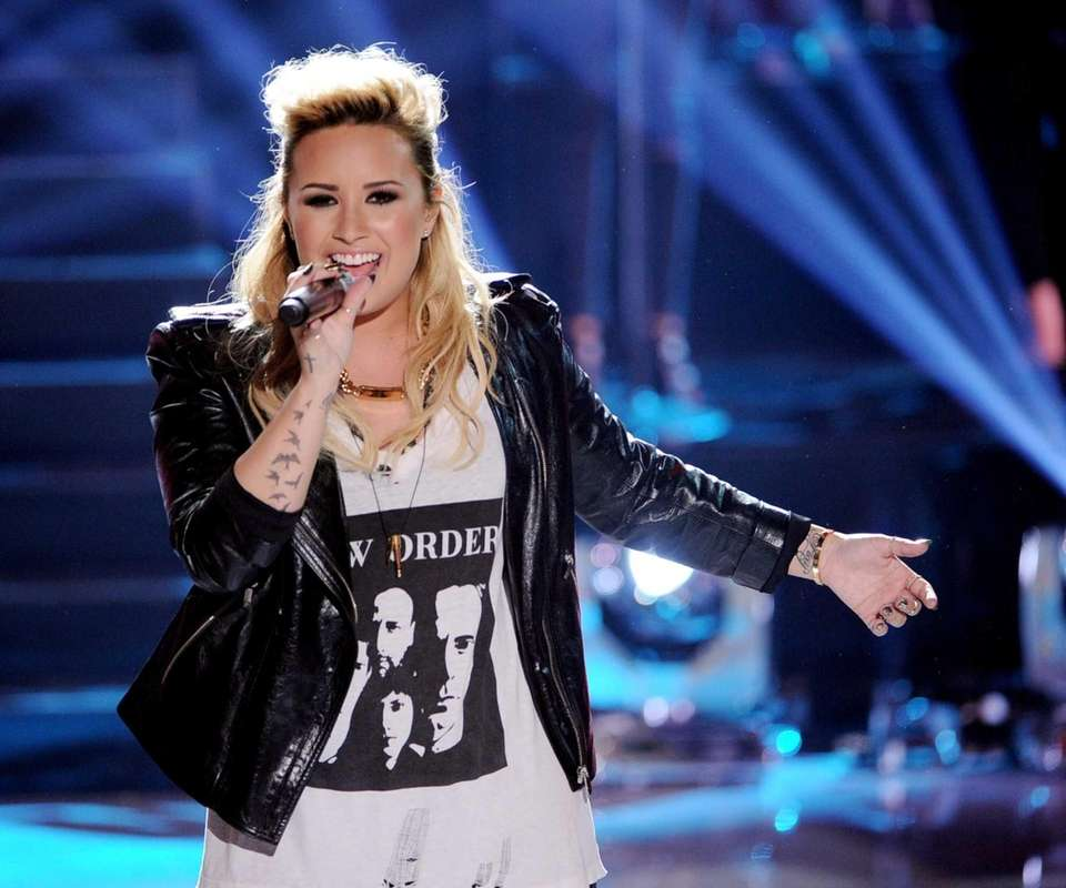 Demi Lovato performs at the Teen Choice Awards